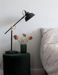 Zwarte-tafellamp-naast-bed