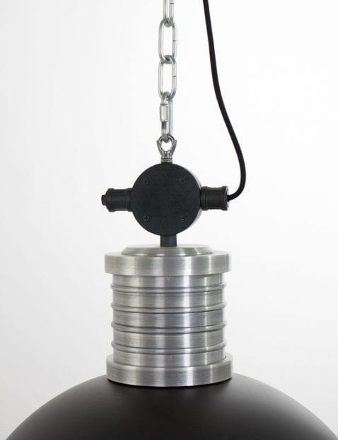 detail-stoere-fabriekslamp-zwart