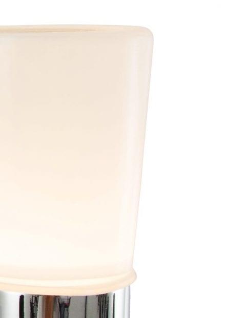 glazen-wandlamp-met-chroom-badkamer
