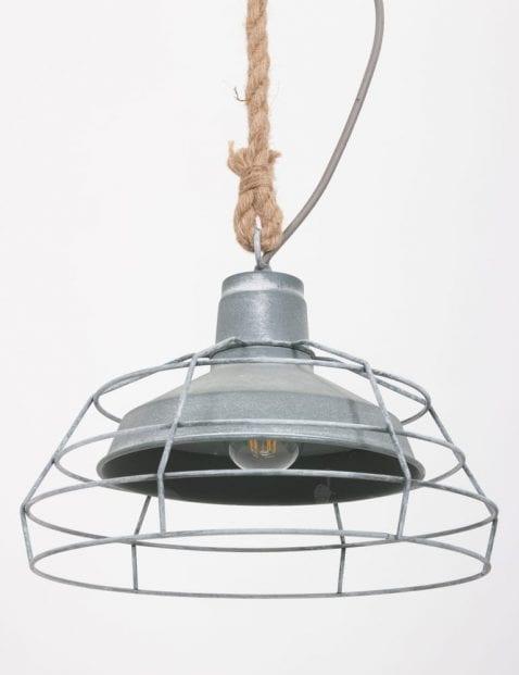 grijze-hanglamp-verweerd-landelijk