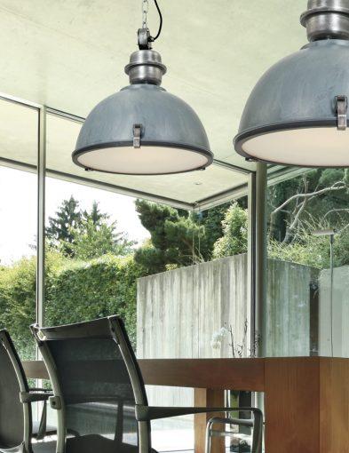 grijze-stoere-hanglamp-boven-eettafel