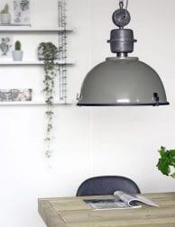 grote-groene-industriele-hanglamp-eettafel