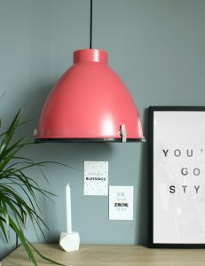 grote-industriele-roze-hanglamp