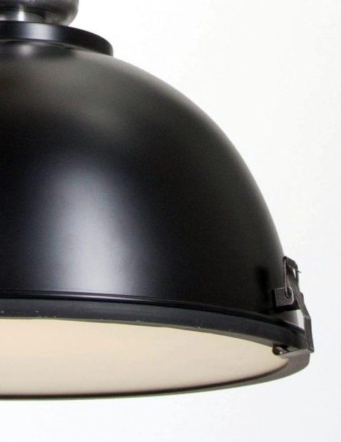 grote-zwarte-industrielamp-eettafellamp