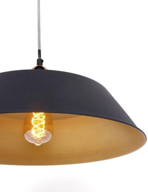 hanglamp-met-strijkijzersnoer-goudkleurige-details_2