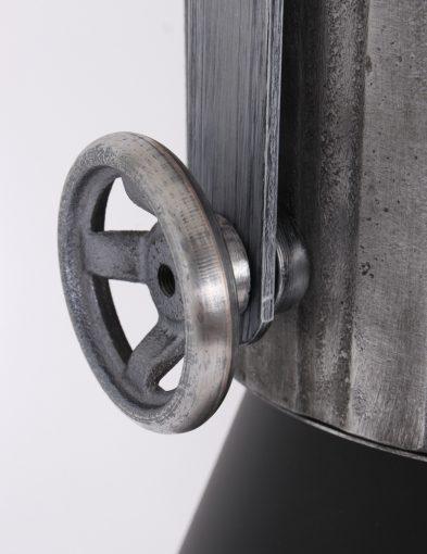 industrielamp-zwarte-kap-met-stalen-details