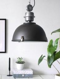industriele-hanglamp-eettafel-zwart-stoer