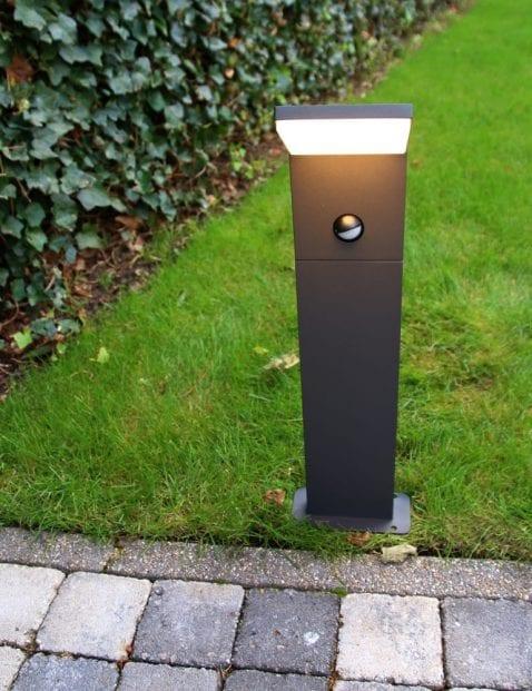 modern-buitenlampje-staand-antraciet