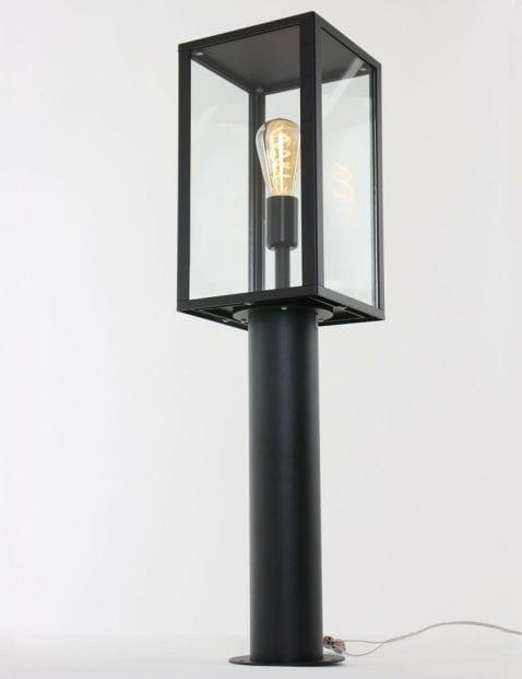 opvallende_zwarte_vloerlamp_buiten