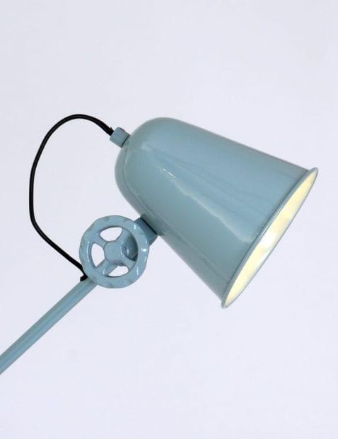 stoere-draaimoeren-op-armatuur-vloerlamp-stoer