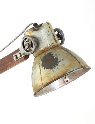 stoere-tafellamp-met-verweerde-kap
