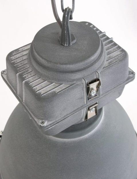verweerde-stoere-hanglamp-grijskleurig