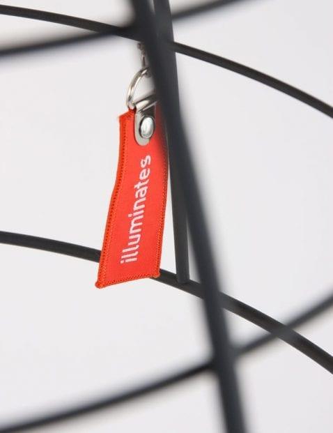 zwarte-metalen-hanglamp-draden-uniek