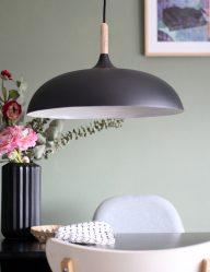 zwarte-scandinavische-hanglamp-met-hout