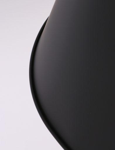 zwarte-uitlopende-kap-hanglamp-stoer