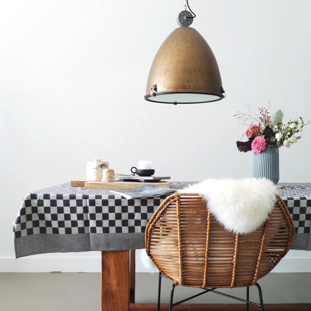 Bruine hanglamp in scandinavisch interieur