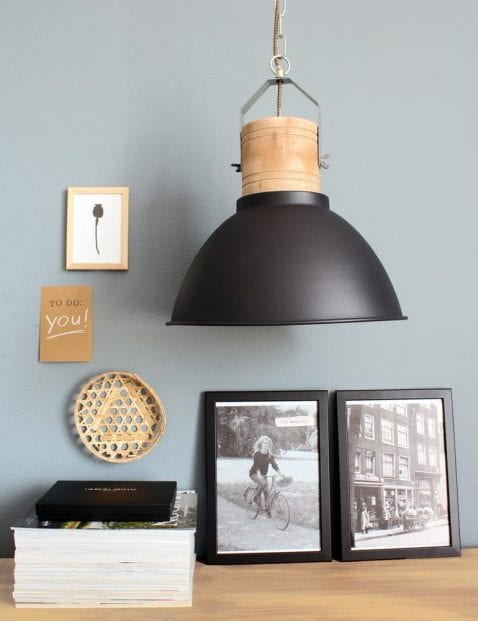 zwarte-hanglamp-met-hout
