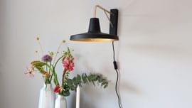 Zwarte-wandlamp-met-goud