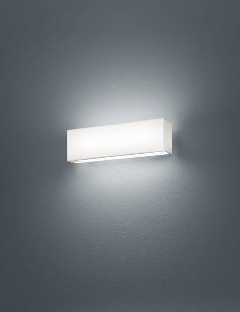 Strakke witte wandlamp