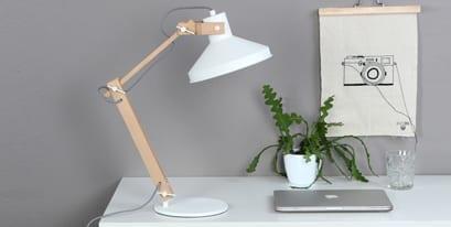 Witte-houten-bureaulamp