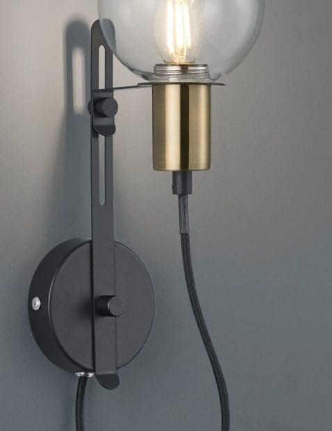 Unieke-wandlamp-met-bol-2