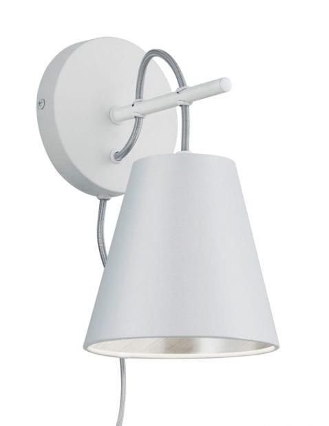 Witte wandlamp met zilveren binnenzijde