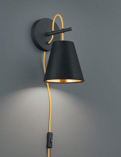 Zwarte-wandlamp-met-gouden-binnenzijde-1