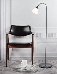 Chromen-vloerlamp-met-witte-kap-2354CH-1