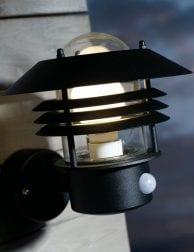 Zwarte-robuuste-wandlamp-buiten-2400ZW-1